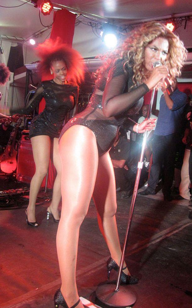 Beyonce oli sonnustautunut varsin vähiin vaatteisiin.
