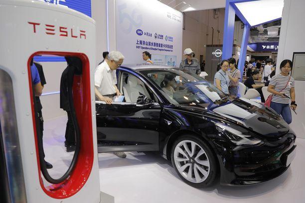 Valtiovarainministeri Mika Lintilä (kesk) olisi halunnut Teslan akkutehtaan Suomeen.