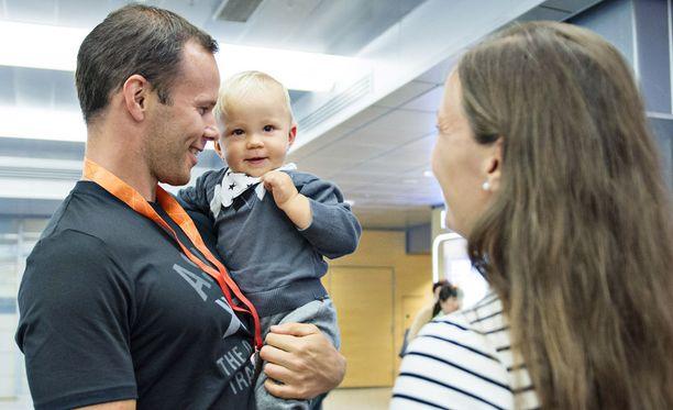 Tero Pitkämäki, puoliso Niina Kelo ja poika Jimi vuonna 2015 Pekingin MM-kisojen jälkeen.