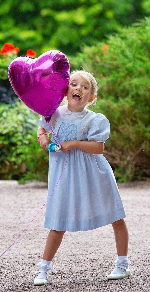 Estelle velmuili äitinsä kruununprinsessa Victorian syntymäpäivillä viime kesänä.