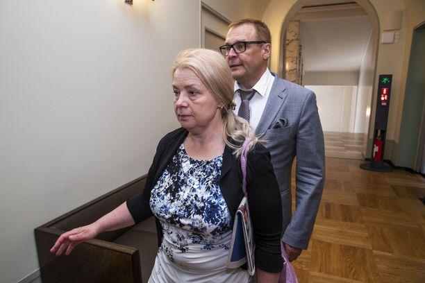 Varatuomari Leena Meri johtaa eduskunnan lakivaliokuntaa. Viime vaalikaudella Meri asteli perustuslakivaliokunnan kokoukseen Matti Torvisen kanssa.