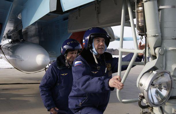 Venäjän silloinen presidentti Dimitri Medvedev lähdössä lennolle Suhoilla vuonna 2009.
