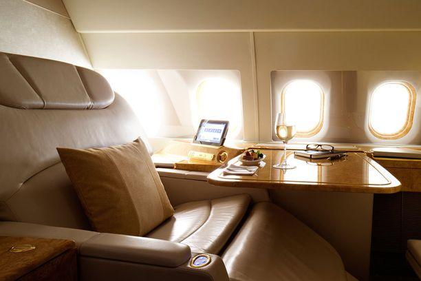 Listauksen paras ykkösluokka oli Emiratesilla. Tuolin saa sängyksi.
