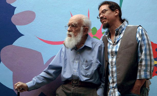 Yhä José nimeä käyttävä Deyvi (oik.) muistelee dokumentissa, kuinka Randi tuli kaapista 81-vuotiaana.