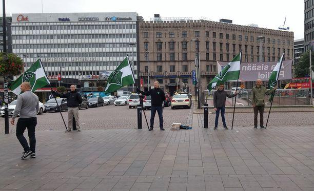 Uusnatsistisen Suomen vastarintaliikkeen toiminnan kieltäminen on pohdinnassa hallituksella.