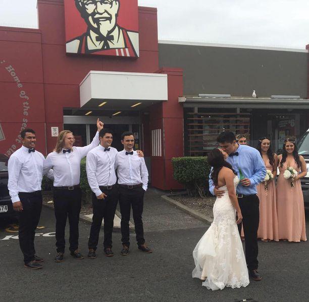Maailman toiseksi suurin ravintolaketju ilahtui tästä hääkuvasta niin, että palkitsi pariskunnan ruhtinaallisesti.