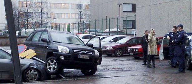 SELVITTELYÄ Hannele Lauri kävi läpi kolaritilannetta poliisin kanssa Tampereen keskustassa sijaitsevalla parkkipaikalla.