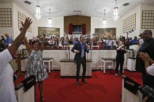 Beto O'Rourke villitsi yleisöä baptistikirkossa Dallasissa.
