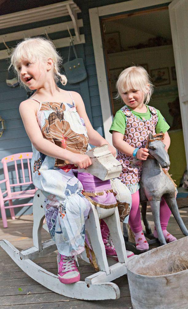 Myös perinteiset keinuhevoset ovat lapsiperheiden ostoslistalla.