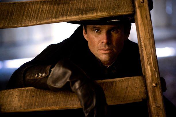 Walton Gogginsin esittämä hahmo väittää olevansa kaupungin sheriffi.