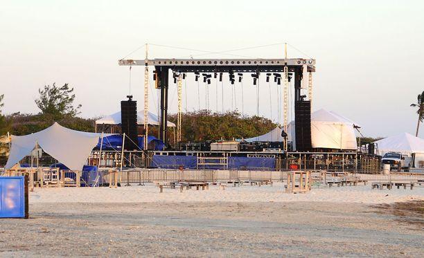 Festivaalin järjestäjät onnistuivat pystyttämään yhden pienen lavan musiikkiesityksiä varten, mutta sieltäkin puuttuivat kaikki tarpeelliset turvatoimet.