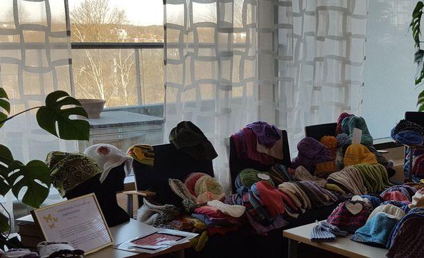 Maaliskuun aikana ihmiset ovat lahjoittaneet satoja sytomyssyjä Turun yliopistollisen keskussairaalan syöpäosastolle.