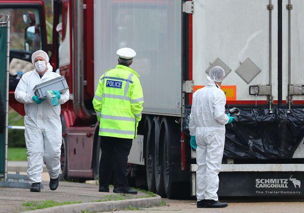 Ruumiit löytyivät teollisuusalueelta Lontoon läheltä Graysin kaupungista.