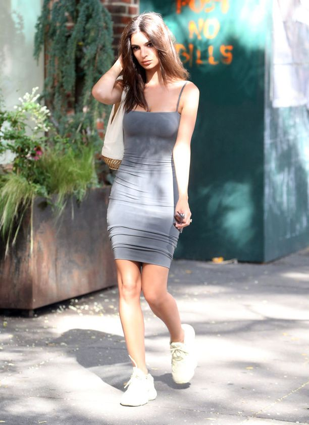 Tykkäämme malli Emily Ratajkowskin yhdistelmästä! Rennot tennarit ja laittamaton kampaus tasapainottavat tiukan mekon seksikkyyttä, jolloin lopputulos on huolettoman seksikäs - eli vielä kuumempi!