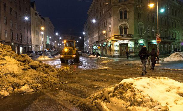 Tältä näytti Helsingissä perjantaina lumimyräkän jäljiltä.