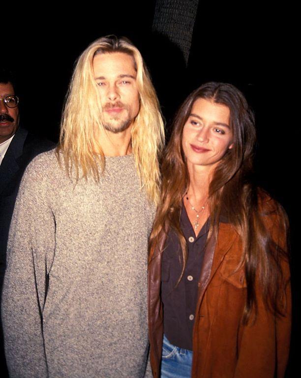 Brad deittaili Juliette Lewisin jälkeen vuonna 1994 lyhyen aikaa malli Jitka Pohledekia. Tässä pari tallustee punaisella matolla pitkät kutrit keskijakauksella hulmuten.