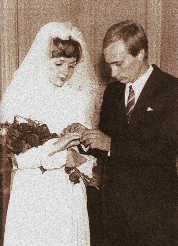 Ljudmila Shkrebneva ja Vladimir Putin avioituivat vuonna 1983. He valitsivat siviilivihkimisen, koska kirkkohäät eivät olleet KGB:n työntekijöille sallittuja.
