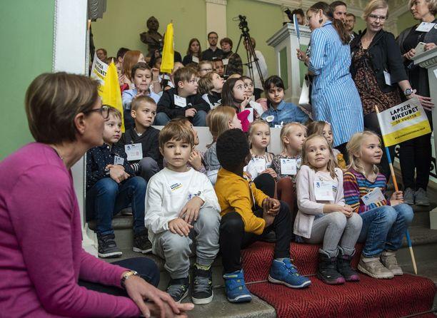 Sata lasta valtasi valtioneuvoston keskiviikkona lapsen oikeuspäivänä.