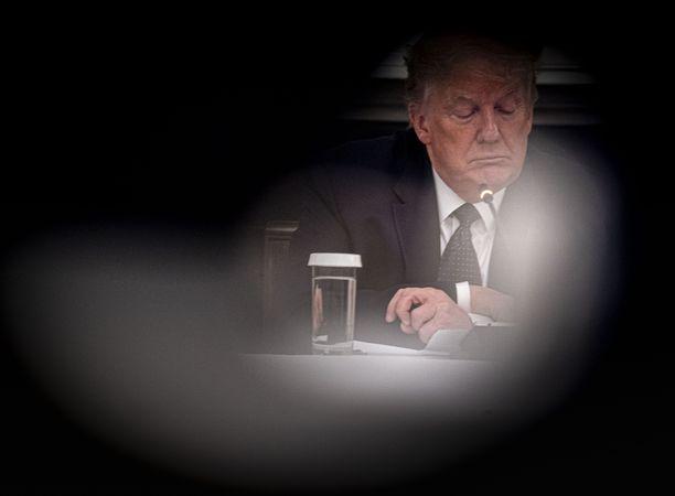 Donald Trump puhui maanantaina Valkoisessa talossa ravintoloiden jälleenavaamisesta, mutta paljastikin yllättäen ottavansa kiisteltyä lääkettä koronaviruksen ehkäisyyn.
