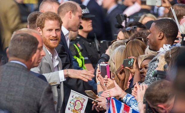 Prinssi Harry teki upean eleen, kun hän piipahti tervehtimään paikalle saapuneita rojalisteja.