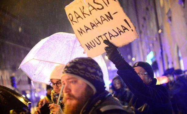 Helsingissä järjestetään itsenäisyyspäivänä poikkeuksellinen määrä mielenosoituksia. Kuva viime vuonna itsenäisyyspäivänä järjestetyistä mielenosoituskulkueista.