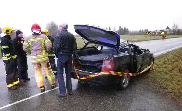 Henkilöauton vasen puoli murskaantui törmäyksessä.
