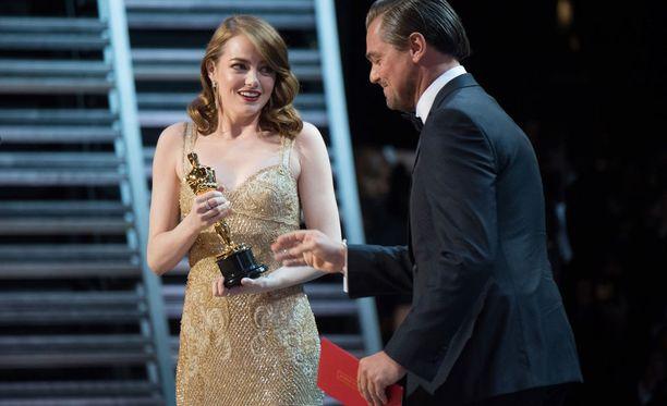 Perinteinen Oscar-gaala nähdään jälleen sunnuntain ja maanantain välisenä yönä myös Suomessa Yle Teemalla. Kuvassa viime vuonna parhaan naisnäyttelijän palkinnon voittanut Emma Stone ja palkinnon jakanut Leonardo DiCaprio.