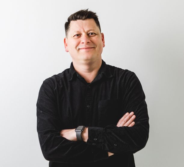 Alex Nieminen on tehnyt pitkän uran media- ja konsulttialalla. Nykyään hän johtaa konsulttiyritystä, joka auttaa yhtiöitä muodostamaan brändinsä.