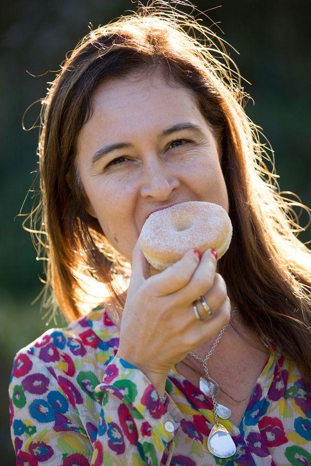 Lilia Ahrné vakuuttaa että tämä selvästi vähärasvaisempi munkki maistuu yhtä hyvältä kuin perinteinen.