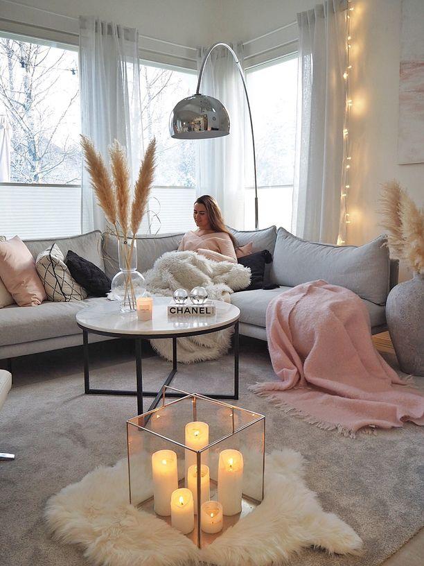 Minna luo kotiinsa kutsuvaa tunnelmaa pehmoisilla tekstiileillä ja erilaisilla valaistuksilla.