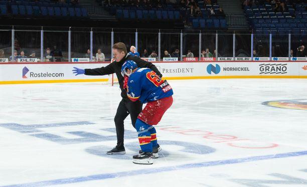 Sakari Manninen autettiin heti Spartak-ottelun alussa kaukalosta pukukoppiin.