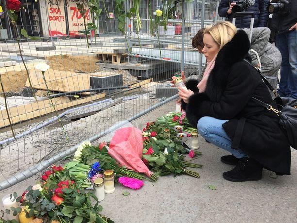 Sally Lindgren muisti Tukholman terrori-iskun uhreja ruusuilla ja kynttilöillä.