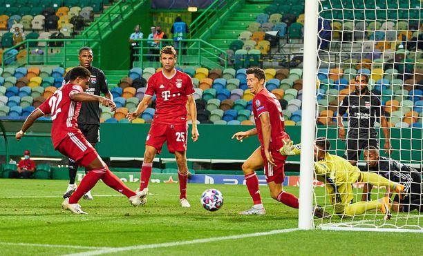 Kun Robert Lewandowskille (oik.) ei maistunut, niin Serge Gnabry iskee 2-0 lukemat Thomas Müllerin (kesk.) ihastellessa suolapatsaana koko tapahtumaa.