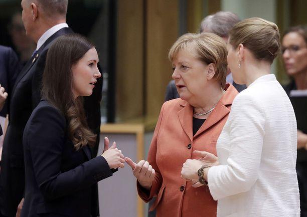Pääministeri Sanna Marin (sd) keskusteli Brysselissä Saksan liittokanslerin Angela Merkelin ja Tanskan pääministerin Mette Frederiksenin kanssa.