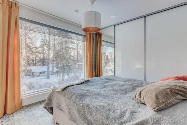 Sängystä voi seurata vuodenaikojen vaihtelua. Asunnossa on 127 neliötä.