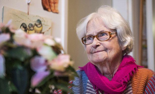 81-vuotias Anja Loikkanen sanoo, että kukan saaminen tuntui aivan ihanalta. Se lämmittää Anjan sydäntä pitkään.