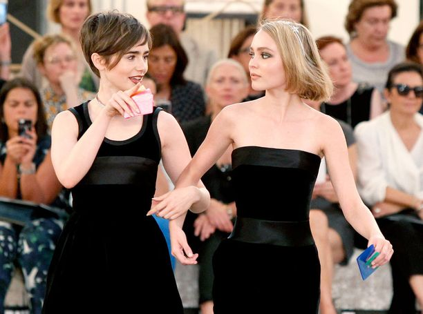 Lily Collins ja Lily-Rose Depp astelivat pelipöydän ääreen yhtä matkaa.