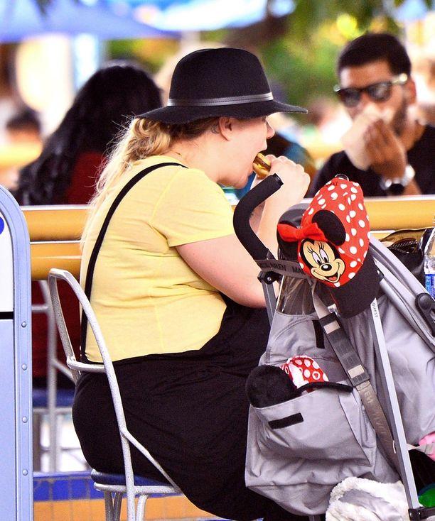 Kelly Clarkson kertoo muuttaneensa dieetissä ruokavaliotaan. Tässä vielä vuonna 2016 laulajatähti on hampurilaisella.