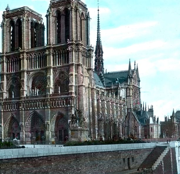 Käsinväritetty kuva Notre Damesta.