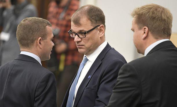"""Juha Sipilä kertoi kuulleensa ensimmäisen kerran """"jotakin mietintää"""" uuden eduskuntaryhmän perustamisesta sunnuntaina 11. kesäkuuta eli samana päivänä, kun valtiosihteeri Samuli Virtanen vieraili Kesärannassa. Kokoomuslähde pitää Sipilän ilmaisua vähättelynä."""