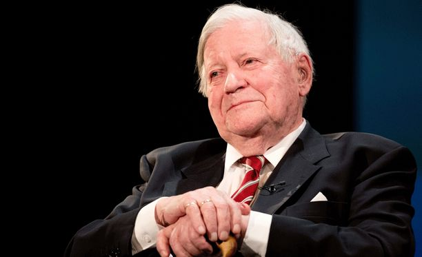 Helmut Schmidt syntymäpäiväjuhlissaan Hampurin Thalia-teatterissa viime vuonna.