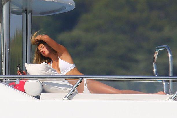 Sistine Stallone viihtyi auringonpalvontatehtävissä.