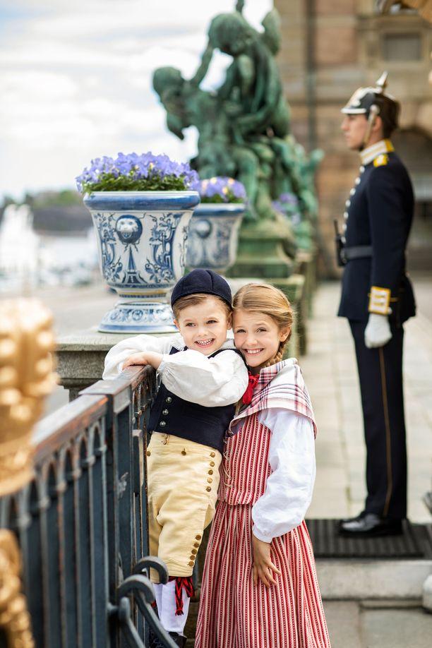Estelle ja Oscar perinneasuissa kesäkuussa.