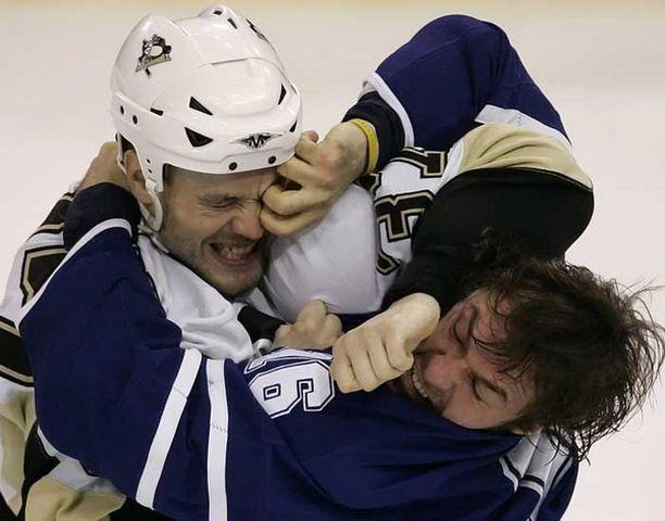 Jarkko Ruutu ja Darcy Tucker ottivat erää Pittsburg Penguinsin ja Toronto Maple Leafsin välisessä ottelussa.