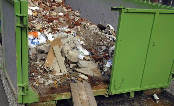 Turun yliopiston arkistomateriaalia on päätynyt erehdyksessä räntäsateeseen roskalavalle muuton yhteydessä.