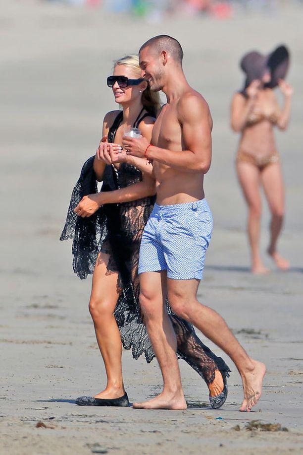 Paris nähtiin Josh Upshaw'n kanssa Malibun kotinsa rannalla.