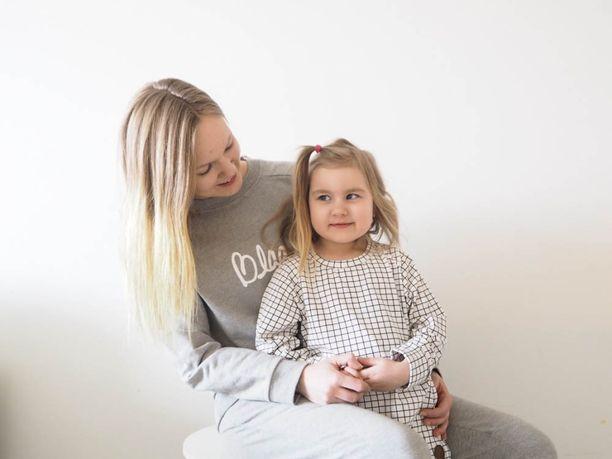 Susanna Pirhonen on helpottunut siitä, että Alexandran epileptiset purkaukset saatiin loppumaan ja vaurioituneet aivot pääsevät korjautumaan.