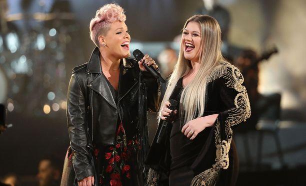 Pink ja Kelly Clarkson ihastuttivat gaalayleisön ikihyviksi.