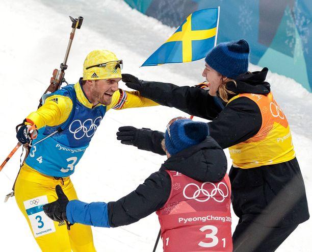 Ruotsin miehet voittivat sensaatiomaisella tavalla ampumahiihdon viestikultaa Korean olympiakisoissa viime talvena. Kuvassa Fredrik Lindström (vas.), Peppe Femling (selin kameraan) ja Sebastian Samuelsson. Viestin neljäs sankari oli Jesper Nelin.