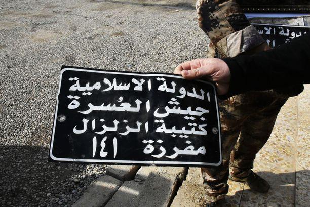 Isisin merkkejä löytyy edelleen myös Itä-Mosulista. Kuvassa terroristijärjestön käyttämä auton rekisterikilpi.
